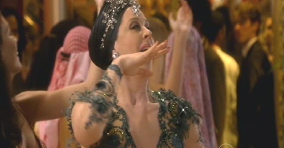 Samantha comemora sua riqueza dançando