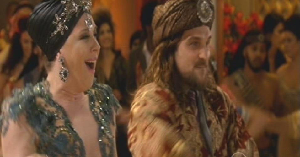 Samantha dança ao lado de Mohammed