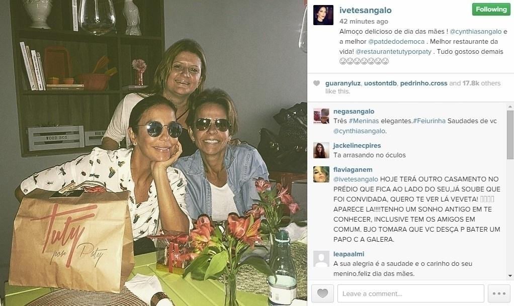 9.mai.2015 - A cantora Ivete Sangalo postou uma foto do almoço do dia das mães antecipado com a irmã Cynthia