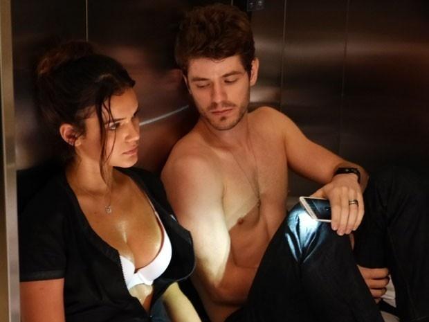11.mai.2015 - Mari e Benjamin ficam presos no elevador em