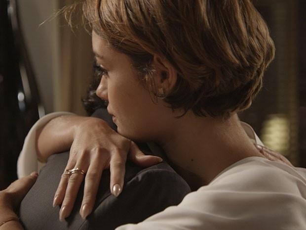Evandro diz para Alice que ele não poderá se separar de Beatriz, e a jovem desabafa.