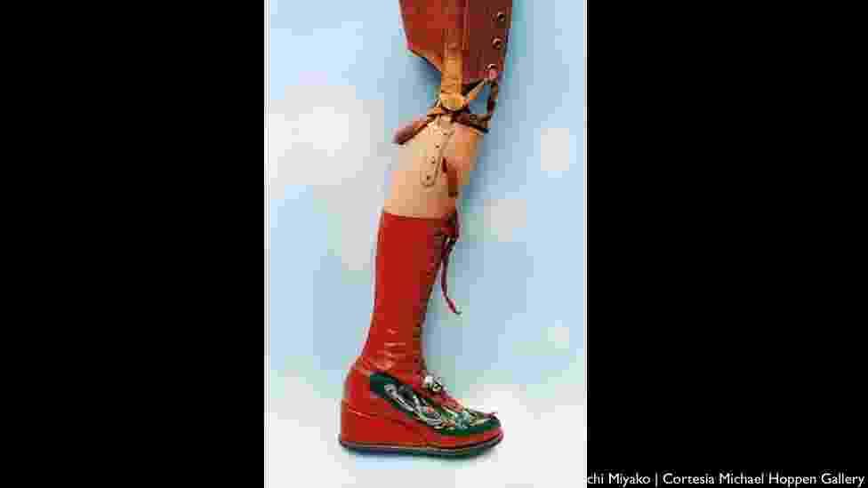 O mais duro golpe na saúde de Kahlo foi a amputação de sua perna direita em 1953. Mesmo no momento difícil, ela desenhou sua prótese, que tinha uma bota vermelha decorada com motivos chineses e um pequeno sino - Ishiuchi Miyako/Cortesia Michael Hoppen Gallery