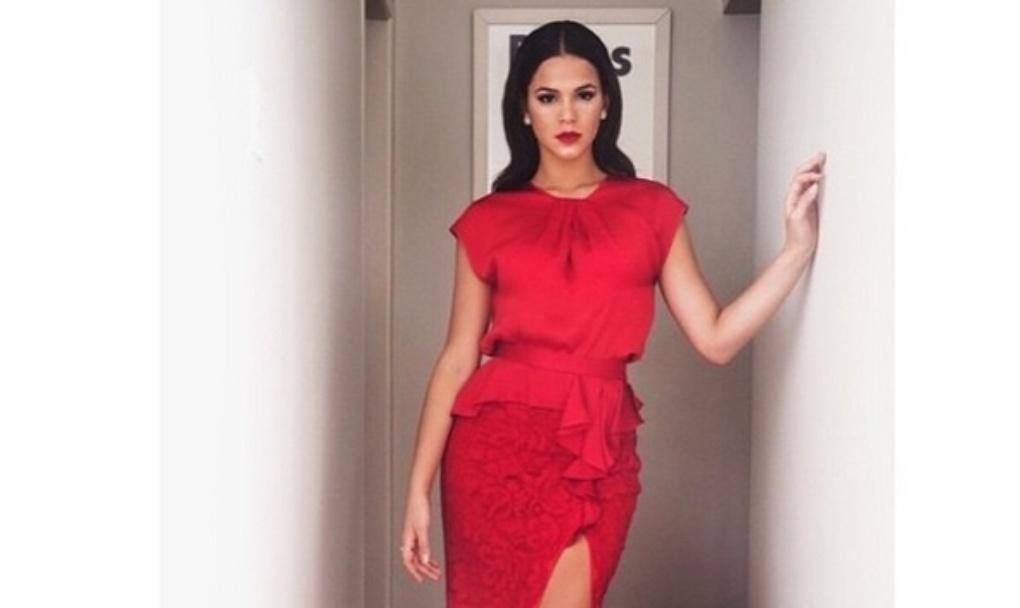 12.mai.2015 - Bruna Marquezine usa vestido longo vermelho com fenda para ir ao casamento de Preta Gil e Rodrigo Godoy, no Rio