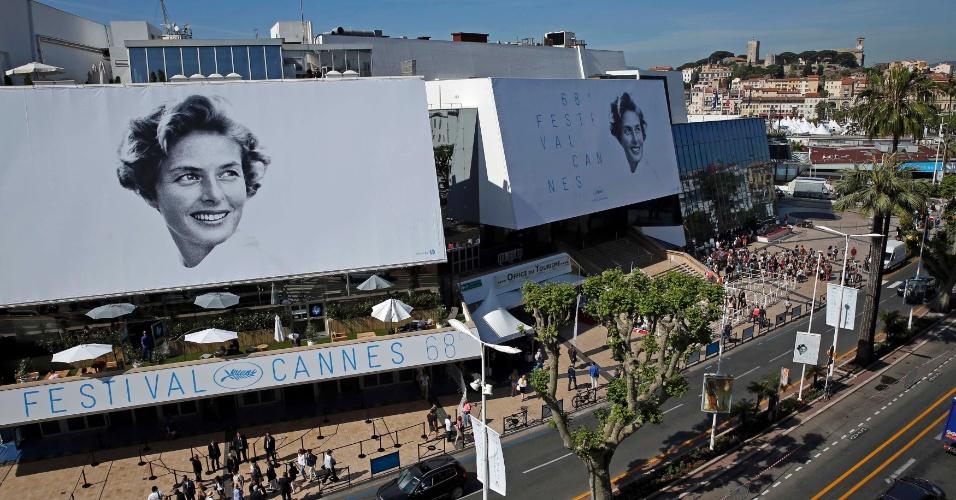12.mai.2015 - Cartazes com a atriz Ingrid Bergman decoram o Palácio do Festival, antes do início do 68º Festival de Cannes