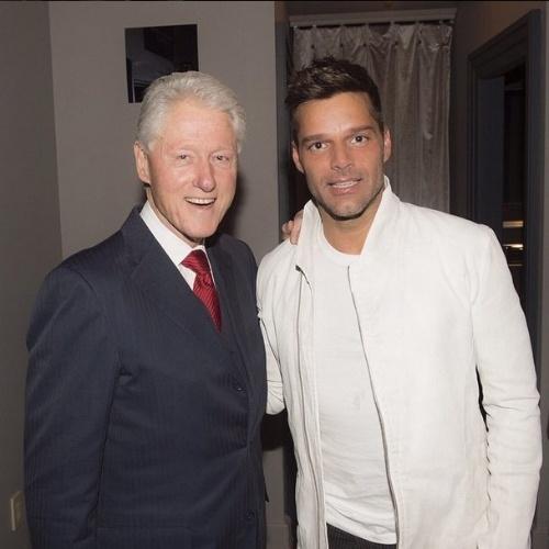"""12.mai.2015 - """"É sempre bom vê-lo, Senhor Presidente"""", disse Ricky Martin em seu Instagram juntamente com uma foto com Bill Clinton, que foi presidente dos Estados Unidos por dois mandatos consecutivos, de 1993 a 2001. A imagem foi feita nesta terça-feira em Nova York"""