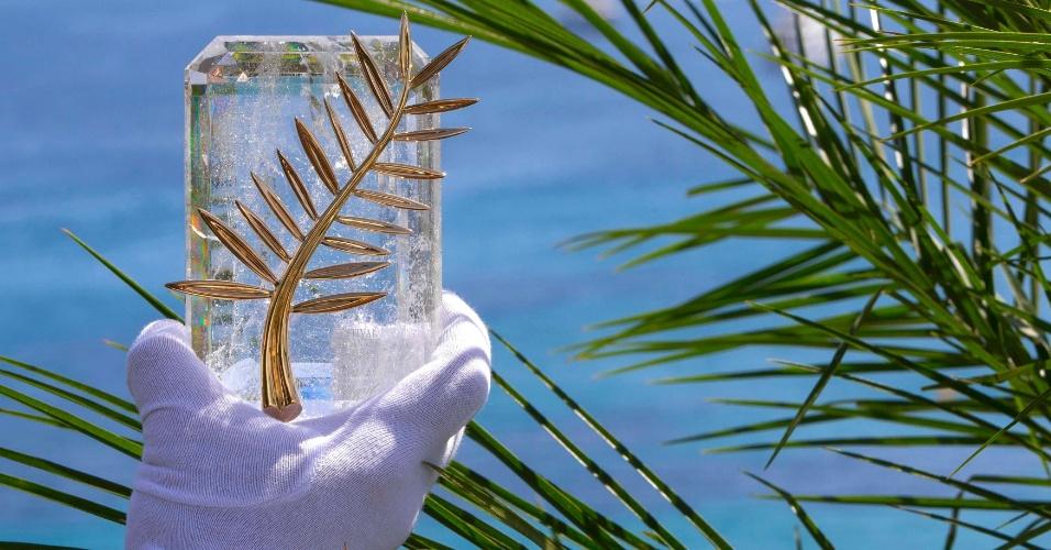 12.mai.2015 - Funcionário do Festival de Cannes mostra a Palma de Ouro, maior prêmio do evento francês
