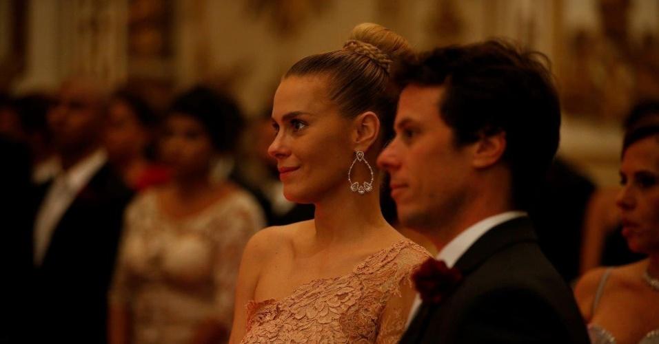12.mai.2015 - Os padrinhos Carolina Dieckmann e Tiago Worcman acompanham o casamento de Preta Gil e Rodrigo Godoy na igreja Nossa Senhora do Carmo, no Rio de Janeiro