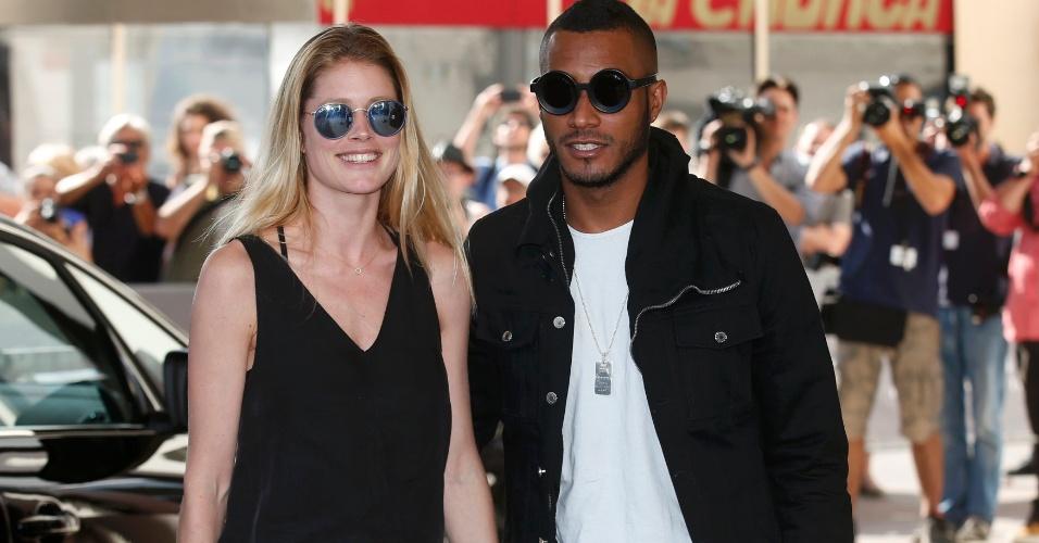 12.mai.2015 - A modelo holandesa Doutzen Kroes chega com seu marido Sunnery James a hotel em Cannes para prestigiar o Festival de cinema da cidade, que acontece entre os dias 13 a 24 de maio