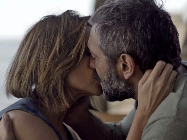 Lígia vai até o apartamento de Miguel e vê o ambientalista beijando Marina