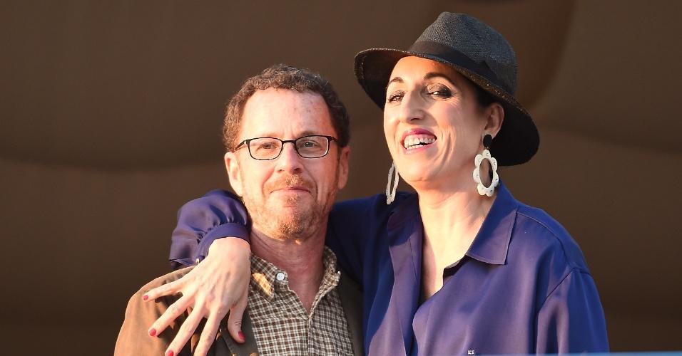 12.mai.2015 - A atriz espanhola Rossy de Palma posa para foto com o diretor Ethan Coen em hotel em Cannes. Os dois fazem parte do júri da 68ª edição do Festival