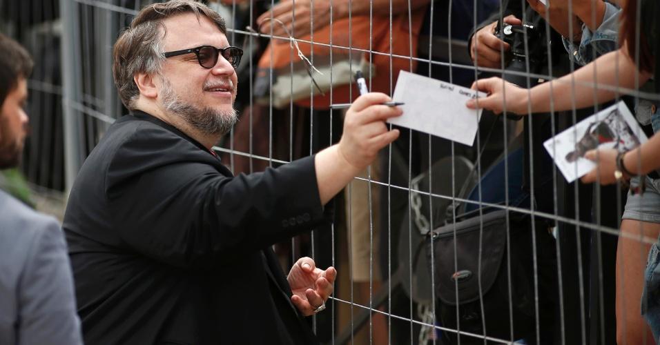 12.mai.2015 - O mexicano Guillermo del Toro distribui autógrafos no primeiro dia da 68ª edição do Festival de Cannes. Diretor de filmes como