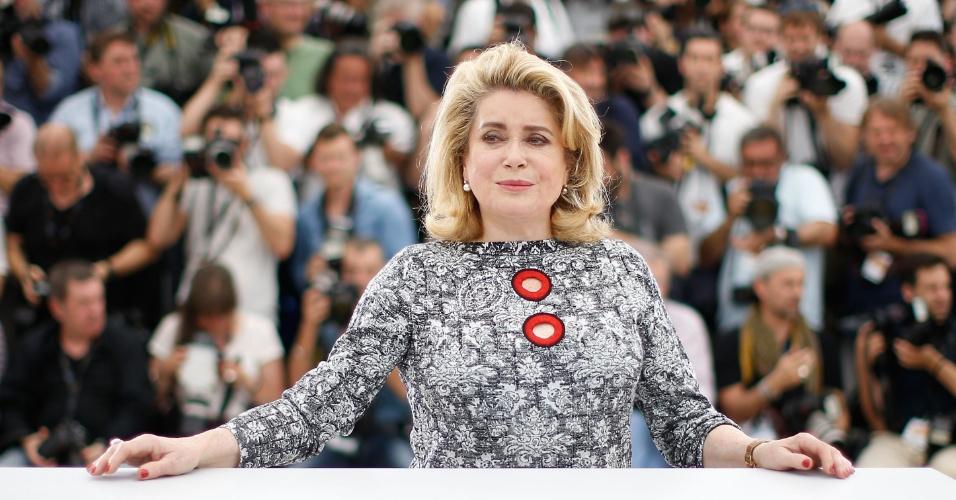 13.mai.2015 - A atriz Catherine Deneuve posa durante a apresentação do filme de abertura do Festival de Cannes 2015,