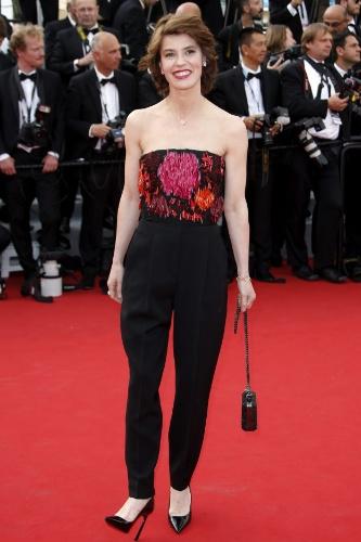 13.mai.2015 - A atriz francesa Irene Jacob posa para fotos no tapete vermelho da 68ª edição do Festival de Cannes