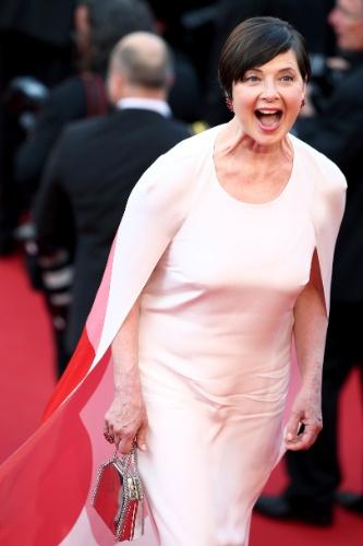 13.mai.2015 - A atriz italiana Isabella Rossellini chega à abertura do Festival de Cannes 2015, que homenageia sua mãe, a atriz Ingrid Bergman, que estampa o cartaz do evento