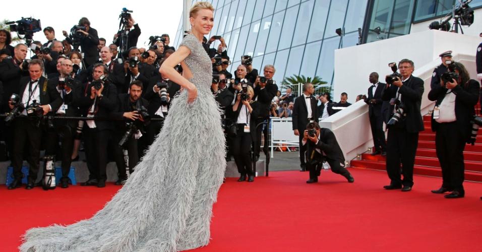 13.mai.2015 - A atriz Naomi Watts posa para fotos na sua chegada ao Festival de Cannes 2015