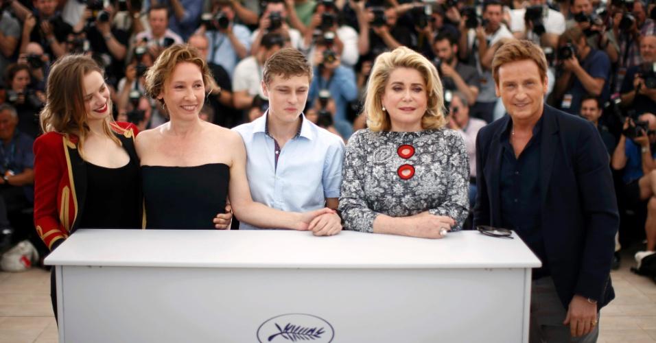 13.mai.2015 - A atriz Sara Forestier, a diretora Emmanuelle Bercot, os atores Rod Paradot, Catherine Deneuve e Benoit Magimel apresentam o filme de abertura do Festival de Cannes 2015,