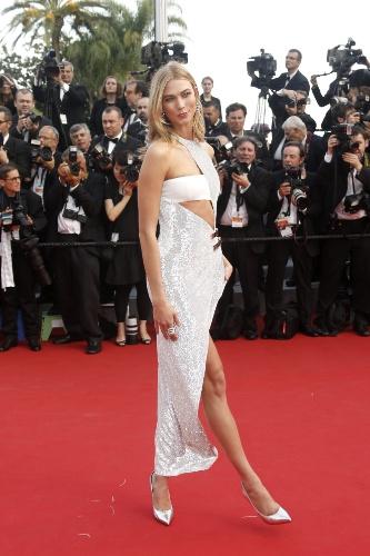 13.mai.2015 - A modelo Karlie Kloss posa para fotos no primeiro dia do Festival de Cannes 2015