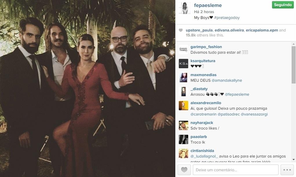 13.mai.2015 - Fernanda Paes Leme brincou de mulher fatal e postou uma foto ao lado de vários homens durante a festa do casamento de Preta Gil e Rodrigo Godoy, que começou na noite de terça-feira no Rio de Janeiro.