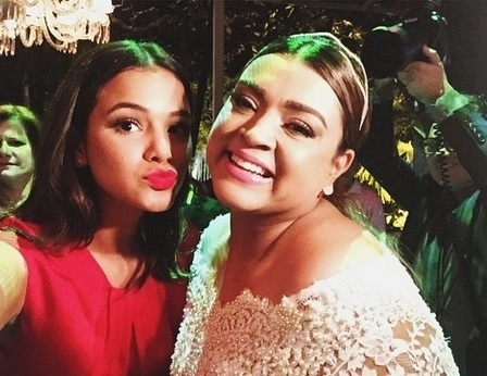 13.mai.2015 - Na festa de casamento, Bruna Marquezine tieta a amiga Preta Gil