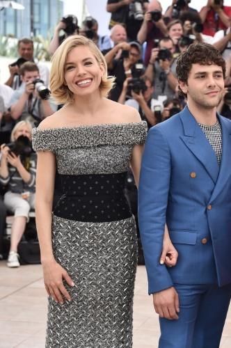 13.mai.2015 - Sienna Miller e  Xavier Dolan posam para fotos no primeiro dia do Festival de Cannes 2015
