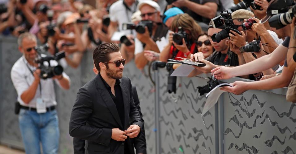 13.maio.2015 - Jake Gyllenhaal distribui autógrafos no primeira dia do Festival de Cannes 2015 O renomeado ator também faz parte do time de jurados do evento, que termina no dia 24 de maio