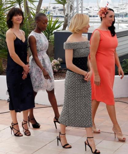 13.maio.2015 - Sophie Marceau, Rokia Traore, Sienna Miller e Rossy de Palma  caminham juntas no primeiro dia da 68ª edição do Festival de Cannes
