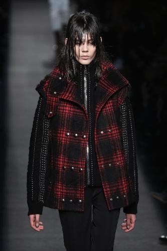 Veja a influência da década de 90 nas semanas de moda internacionais ... d5e52817c60