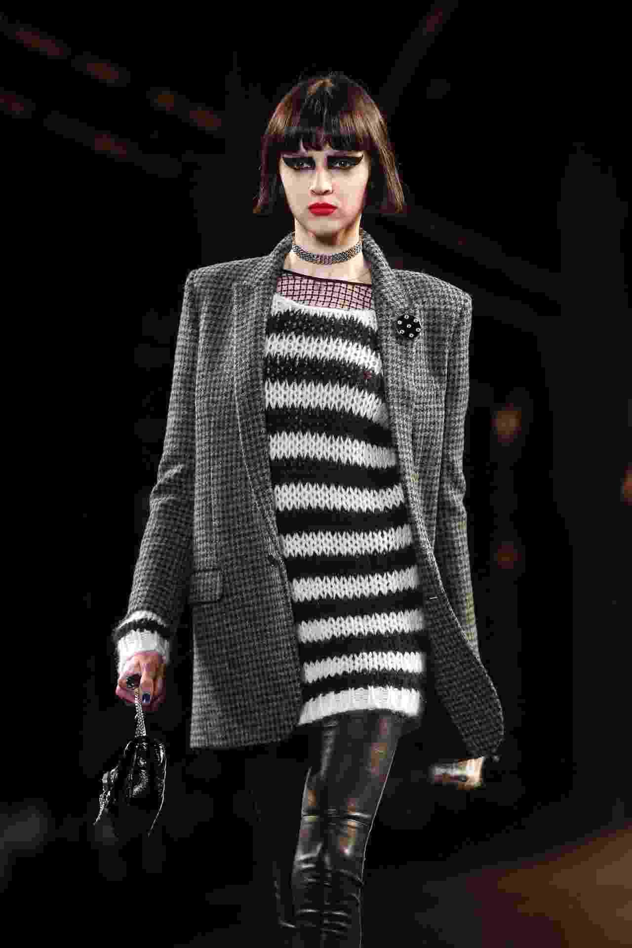 9.mar.2015 - Para o Inverno 2015, a Saint Laurent apostou em no blazer xadrez, estampa que foi febre na época os anos 90, por conta do movimento grunge, combinado com a malha de listras. Outra referência da época é a gargantilha, que foi exibida na Semana de Moda de Paris - Getty Images