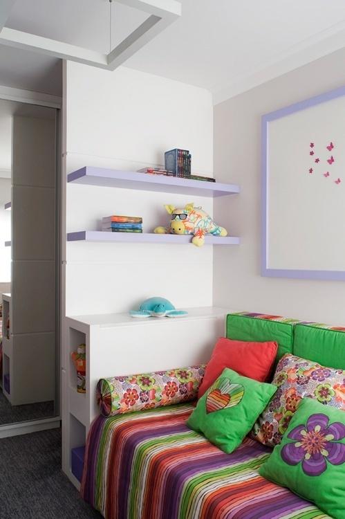 No dormitório da segunda gêmea, no apê Moema, a marcenaria também foi reaproveitada, mas ganhou novos detalhes em lilás. O perfil é mais arrojado, apesar de ter a mesma matriz de cores do primeiro quarto. Arquitetura de interiores é do escritório KTA, em São Paulo