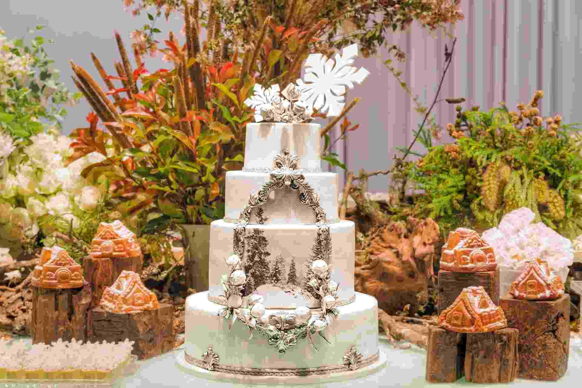 Para deixar a decoração mais elegante, o bolo, criado e executado pelo The King Cake (www.thekingcake.com.br), tinha uma impressão feita de papel de açúcar comestível com o desenho de uma moldura cm a imagem de uma floresta de neve - Divulgação