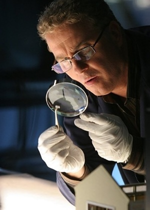 O ator William Petersen na pele de Gil Grissom, em CSI