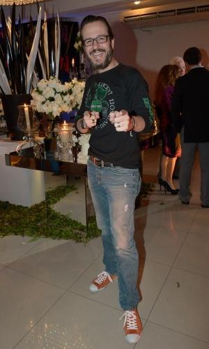 13.mai.2015 - Animado, Celso Zucatelli faz pose no aniversário de Fabio Arruda em São Paulo, nesta quarta-feira