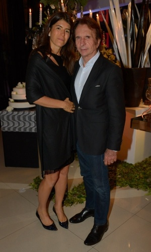 13.mai.2015 - Emerson Fittipaldi e a mulher, Rossana Fanucchi, chegam ao aniversário de Fabio Arruda em São Paulo, nesta quarta-feira