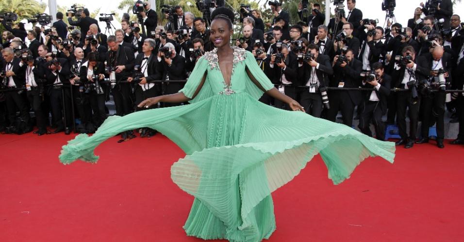13.mai.2015 - Lupita Nyong'o chegou ao tapete vermelho no primeiro dia da 68ª edição do Festival de Cannes em um belo vestido verde. No ano passado, a atriz chamou a atenção no Oscar ao usar um vestido azul claro, da grife Prada, que foi comparado pelos fãs nas redes sociais com o da princesa Cinderela, da Disney
