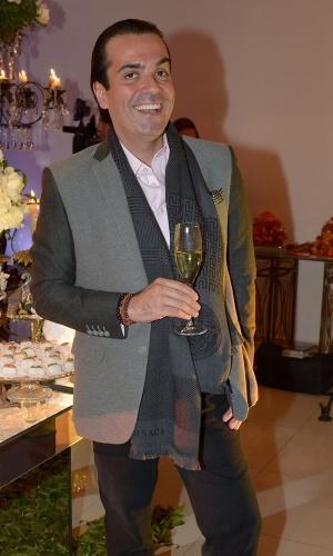 13.mai.2015 - O apresentador e consultor de etiqueta Fabio Arruda comemora seu aniversário ao lado de amigos em São Paulo, nesta quarta-feira
