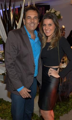 13.mai.2015 - O produtor musical Marco Camargo leva sua mulher, Fernanda, ao aniversário de Fabio Arruda em São Paulo, nesta quarta-feira