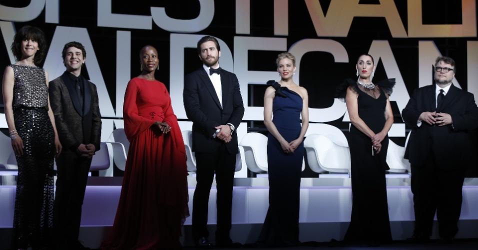 13.mai.2015 - Os membros do júri oficial do Festival de Cannes 2015 Sophie Marceau, Xavier Dolan, Rokia Traore, Jake Gyllenhaal, Sienna Miller, Rossy de Palma e Guillermo del Toro sobrem ao palco da cerimônia de abertura