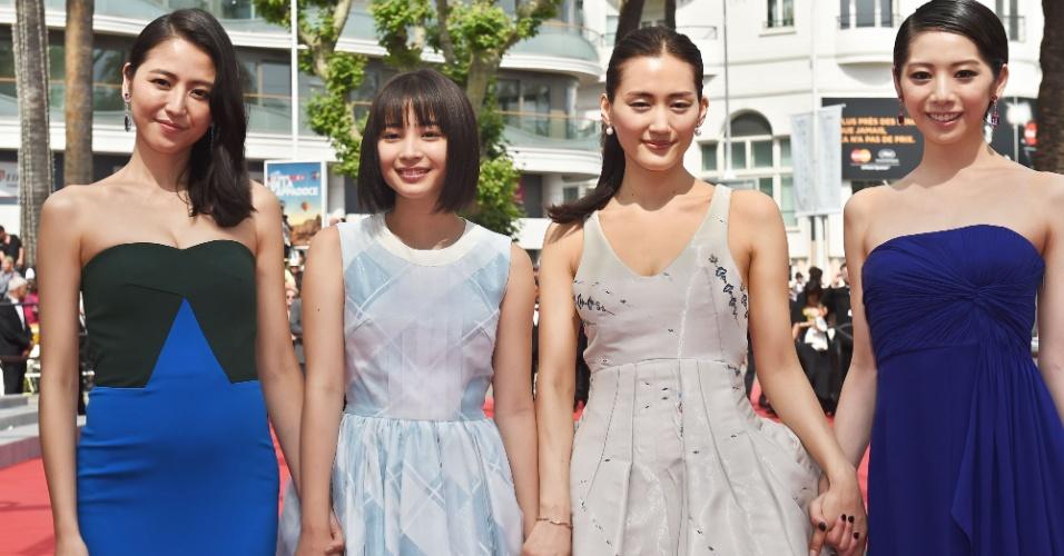 14.mai.2015 - As atrizes japonesas Masami Nagasawa, Suzu Hirose, Ayase Haruka e Kaho posam juntas para foto no segundo dia do 68° Festival de Cannes, que termina no dia 24 de maio