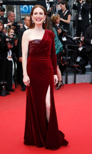 14.mai.2015 - Julianne Moore posa para fotos no tapete vermelho no segundo dia da 68ª edição do Festival de Cannes. A atriz conquistou no começo do ano o Oscar pelo seu papel em