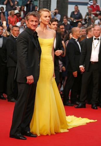 14.mai.2015 - No segundo dia do 68° Festival de Cannes, o diretor e ator Sean Penn posa para foto no tapete vermelho ao lado de sua mulher Charlize Theron