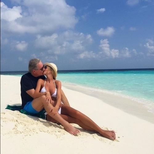 """14.mai.2015- Roberto Justus e Ana Paula Siebert curtem lua de mel nas Ilhas Maldivas em clima de paixão. """"Ilha deserta com o amor da minha vida"""", escreveu a loira no Instagram"""