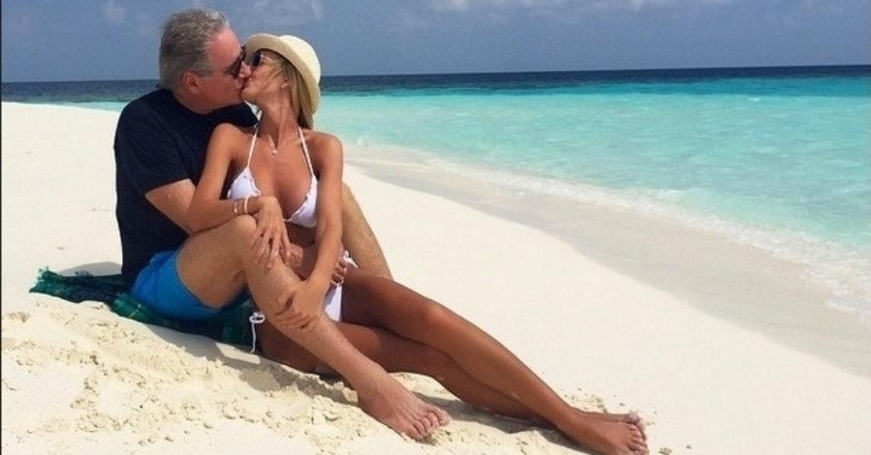 14.mai.2015- Roberto Justus e Ana Paula Siebert curtem lua de mel nas Ilhas Maldivas em clima de paixão.