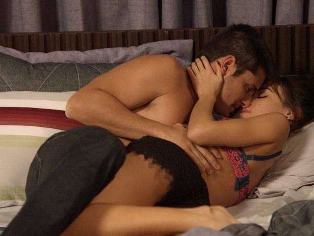 Evandro flagra Guto e Helô em clima de romance na cama