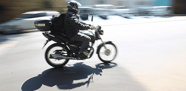 Obra inacabada, lombada sem sinalização, desníveis... tudo pode derrubar motociclista - Vinicius Pereira/Folhapress - 19.11.2014