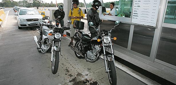 Protesto em pedágio para motos em Itapecerica da Serra (SP) - Luiz Carlos Murauskas/Folha Imagem - 29.12.2008 - Luiz Carlos Murauskas/Folha Imagem - 29.12.2008