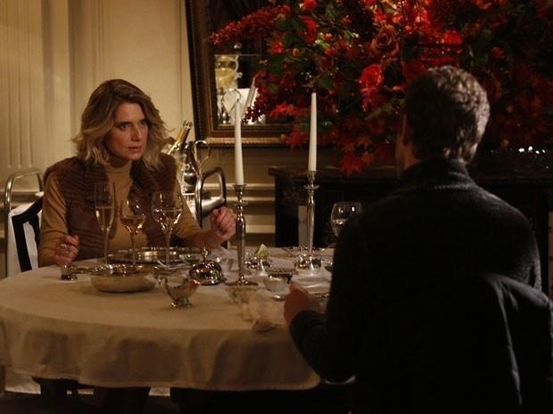 Soraya tenta armar contra Margot em jantar com o filho Benjamin