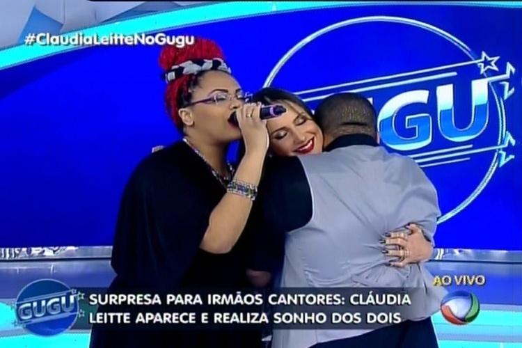 14.mai.2015 - Claudia Leitte canta junto com seus fãs