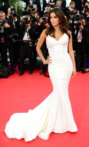14.mai.2015 -  Durante o segundo dia do 68º Festival de Cannes, a atriz norte-americana Eva Longoria posa para fotos no tapete vermelho