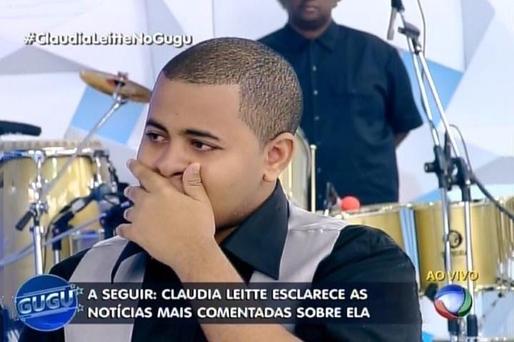 """14.mai.2015 - Fã se emociona ao se encontrar com Claudia Leitte no palco de """"Gugu"""""""