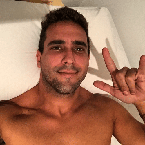 15.mai.2015 - Antes de dormir, André Marques tira a camisa e posta foto em sua conta do Instagram na madrugada desta sexta-feira